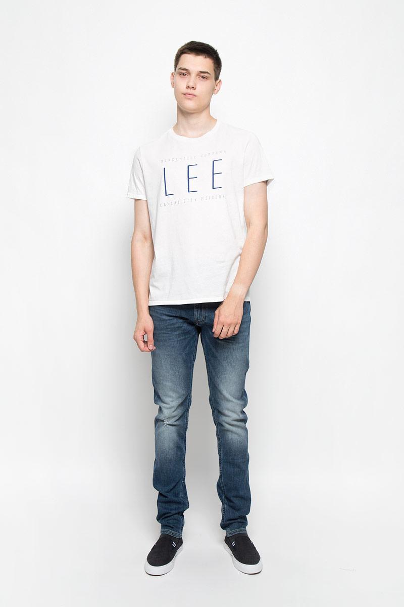 ФутболкаL65LAICFМужская футболка Lee, выполненная из хлопка, станет стильным дополнением к вашему гардеробу. Материал изделия мягкий и приятный на ощупь, не сковывает движения и позволяет коже дышать. Футболка с круглым вырезом горловины и короткими рукавами оформлена спереди буквенным принтом. Вырез горловины оформлен трикотажной резинкой. Такая модель подарит вам комфорт в течение всего дня!