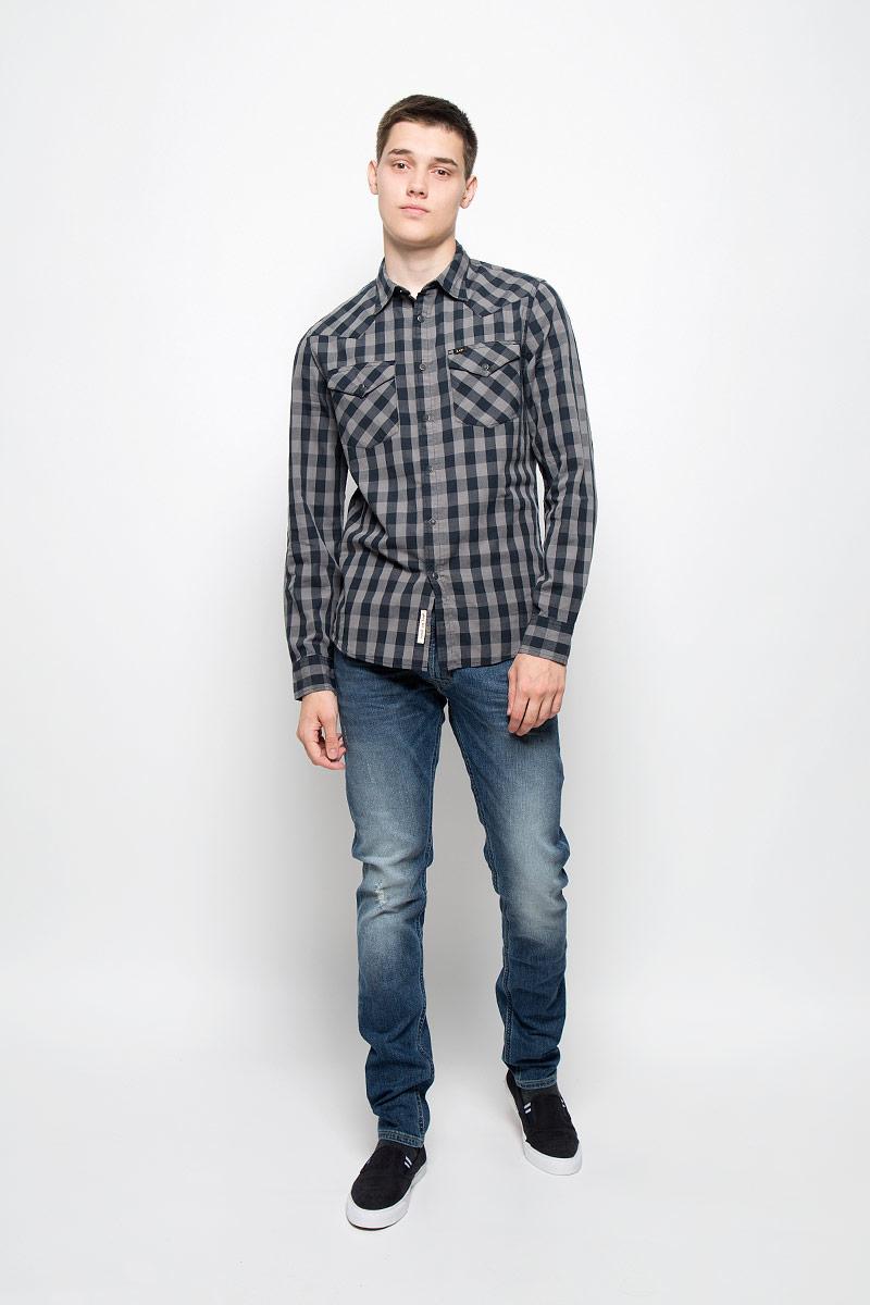 РубашкаL643MM01Мужская рубашка Lee, выполненная из натурального хлопка, идеально дополнит ваш образ. Материал мягкий и приятный на ощупь, не сковывает движения и позволяет коже дышать. Рубашка с длинными рукавами и отложным воротником застегивается на кнопки, сверху - на пуговицу. На манжетах предусмотрены застежки-пуговицы и застежки-кнопки. На груди расположены накладные карманы с клапанами на кнопках. Модель оформлена принтом в виде крупной клетки и фирменными нашивками. Такая модель будет дарить вам комфорт в течение всего дня и станет стильным дополнением к вашему гардеробу.