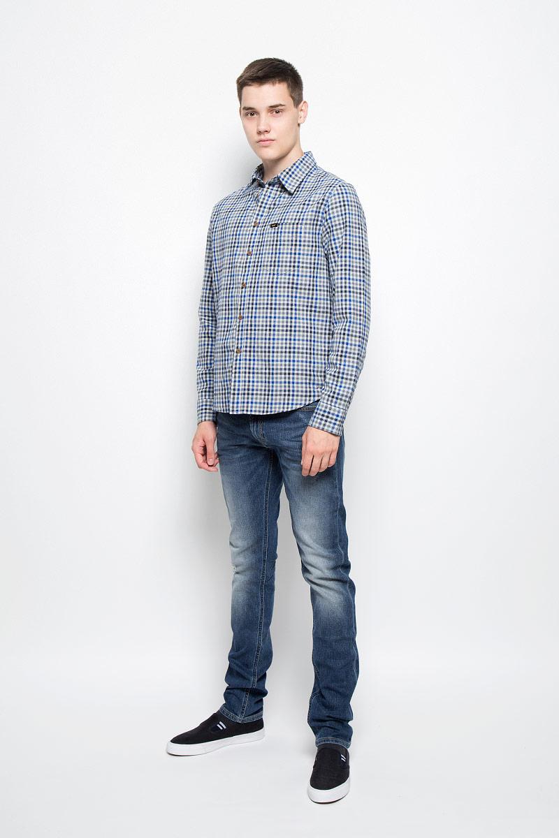 РубашкаL876NG37Мужская рубашка Lee, выполненная из натурального хлопка, идеально дополнит ваш образ. Материал мягкий и приятный на ощупь, не сковывает движения и позволяет коже дышать. Рубашка с длинными рукавами и отложным воротником застегивается на пуговицы по всей длине. На груди расположен накладной карман. Модель оформлена принтом в клетку и фирменными нашивками. На манжетах предусмотрены застежки-пуговицы. Такая модель будет дарить вам комфорт в течение всего дня и станет стильным дополнением к вашему гардеробу.