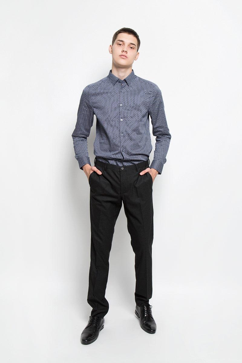 MX3000777_MN_PNT_009Стильные мужские брюки Mexx, выполненные из полиэстера и вискозы с добавлением эластана, отлично дополнят ваш образ. Ткань изделия тактильно приятная. Брюки застегиваются на пуговицу и имеют ширинку на застежке-молнии. С внутренней стороны имеется дополнительная застежка-пуговица. На поясе предусмотрены шлевки для ремня. Спереди модель дополнена двумя втачными карманами, сзади - двумя прорезными карманами на застежках-пуговицах и маленьким прорезным кармашком. Высокое качество кроя и пошива, актуальный дизайн и расцветка придают изделию неповторимый стиль и индивидуальность. Модель займет достойное место в вашем гардеробе!