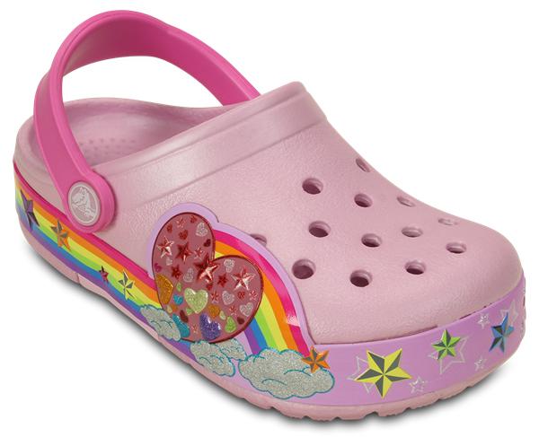 202662-6GDМодные сабо CrocsLights Rainbow Heart Clog от Crocs выполнены из полимера Croslite и оформлены оригинальным принтом с изображением радуги, сердечка и звезд. Звездочки красочно подсвечены долговечными светодиодами, вспыхивающими при каждом шаге. Ни одна юная романтичная девочка не останется равнодушной к этой яркой и интересной модели. Благодаря материалу Croslite обувь невероятно легкая, мягкая и удобная. Материал Croslite - бактериостатичен, препятствует появлению неприятных запахов и легок в уходе: быстро сохнет и не оставляет следов на любых поверхностях. Под воздействием температуры тела обувь принимает форму стопы. Пяточный ремешок обеспечивает фиксацию стопы при ходьбе. Рельефная поверхность верхней части подошвы комфортна при движении. Рифленое основание подошвы гарантирует идеальное сцепление с любой поверхностью. Верх модели снабжен отверстиями для аксессуаров Jibbitz.