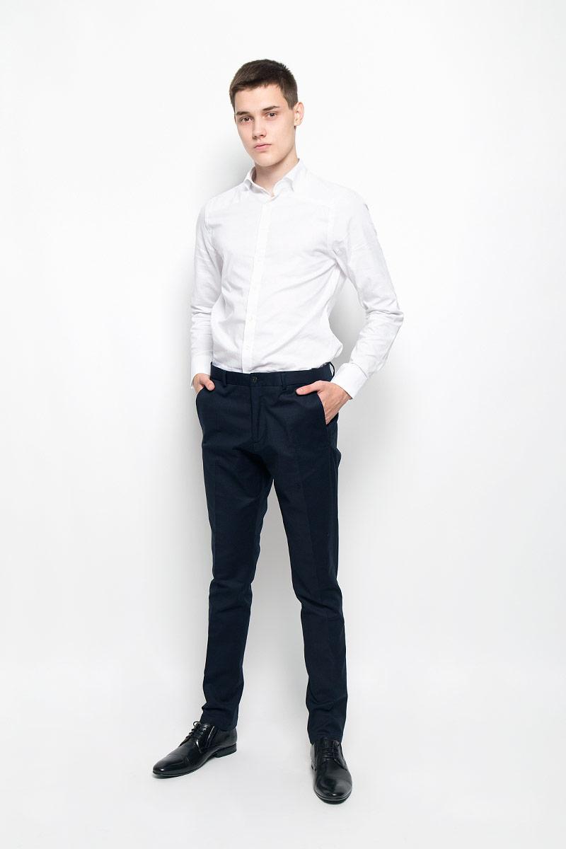 БрюкиMX3000778_MN_PNT_009Стильные мужские брюки Mexx, выполненные из хлопка с добавлением эластана, отлично дополнят ваш образ. Ткань изделия тактильно приятная, позволяет коже дышать. Брюки застегиваются на пуговицу и имеют ширинку на застежке-молнии. С внутренней стороны имеется дополнительная застежка-пуговица. На поясе предусмотрены шлевки для ремня. Спереди модель дополнена двумя втачными карманами и маленьким прорезным карманом, сзади - двумя прорезными карманами на застежках-пуговицах. Высокое качество кроя и пошива, актуальный дизайн и расцветка придают изделию неповторимый стиль и индивидуальность. Модель займет достойное место в вашем гардеробе!