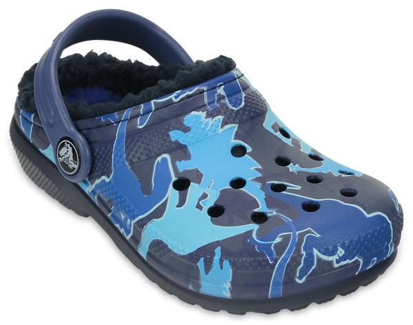 203508-498Модные сабо Classic Lined Clog Graphic от Crocs выполнены из полимера Croslite и оформлены оригинальным принтом. Благодаря материалу Croslite обувь невероятно легкая, мягкая и удобная. Материал Croslite - бактериостатичен, препятствует появлению неприятных запахов и легок в уходе: быстро сохнет и не оставляет следов на любых поверхностях. Под воздействием температуры тела обувь принимает форму стопы. Внутренняя отделка и стелька из искусственного меха дарят тепло и комфорт. Пяточный ремешок обеспечивает фиксацию стопы при ходьбе. Рельефная поверхность верхней части подошвы комфортна при движении. Рифленое основание подошвы гарантирует идеальное сцепление с любой поверхностью. Верх модели снабжен отверстиями для аксессуаров Jibbitz.