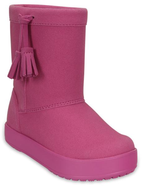 203751-206Детские сапоги LodgePoint Boot Casual от Crocs сохранят тепло в холодную погоду. Сапоги выполнены из искусственной замши и по бокам декорированы очаровательными кисточками. Подкладка и стелька выполнены из мягкого текстиля, что обеспечит комфорт и уют ногам. Такая подкладка дышит, согревает и соответствует гигиеническим нормам. Подошва, выполненная из материала Croslite, защищает от снега и слякоти.