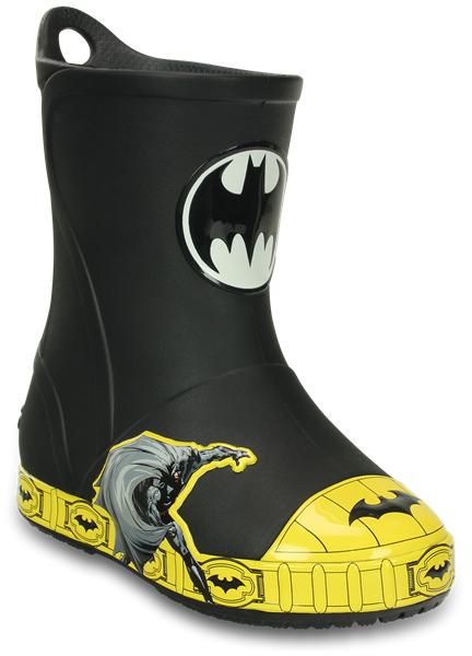 203517-001Резиновые сапоги Bump It Batman Boot от Crocs сохранят ножки вашего ребенка теплыми и сухими. Модель выполнена из полимера Croslite. Благодаря материалу Croslite обувь невероятно легкая, мягкая и удобная. Материал Croslite - бактериостатичен, препятствует появлению неприятных запахов и легок в уходе: быстро сохнет и не оставляет следов на любых поверхностях. Модель оформлена объемной графикой с изображением Бэтмена, рант декорирован изображениями логотипа Бэтмэна. Рифленое основание подошвы гарантирует идеальное сцепление с любой поверхностью. Сапоги дополнены усиленным мыском и сзади на голенище - специальной петлей для удобства надевания. Теперь даже в самую ненастную погоду ваши дети могут продолжать радоваться играм на свежем воздухе.