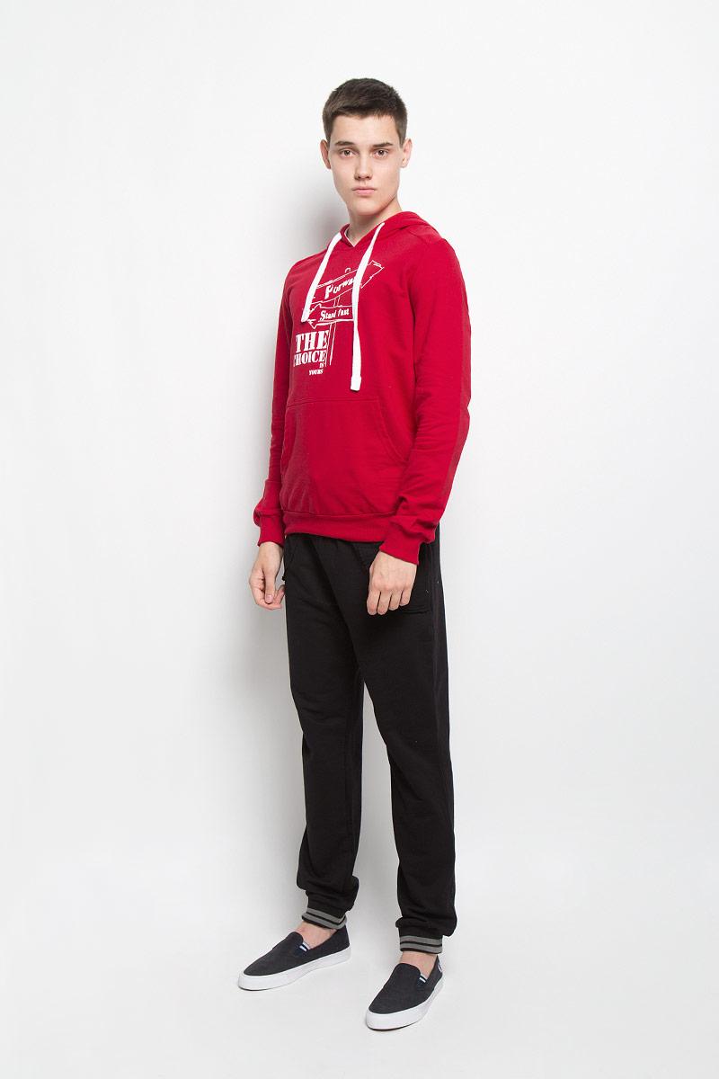 ТолстовкаRAV01-005Стильная мужская толстовка RAV, выполненная из хлопка с добавлением эластана, идеально подойдет для повседневной носки. Изделие тактильно приятное и не сковывает движения. Толстовка с длинными рукавами имеет капюшон, дополненный затягивающимся шнурком. Спереди расположен накладной карман-кенгуру. Края рукавов и низ изделия дополнены трикотажной резинкой. На груди модель оформлена оригинальным принтом. Современный дизайн, отличное качество и расцветка делают эту толстовку модным и стильным предметом мужской одежды. В ней вам будет тепло, уютно и комфортно!