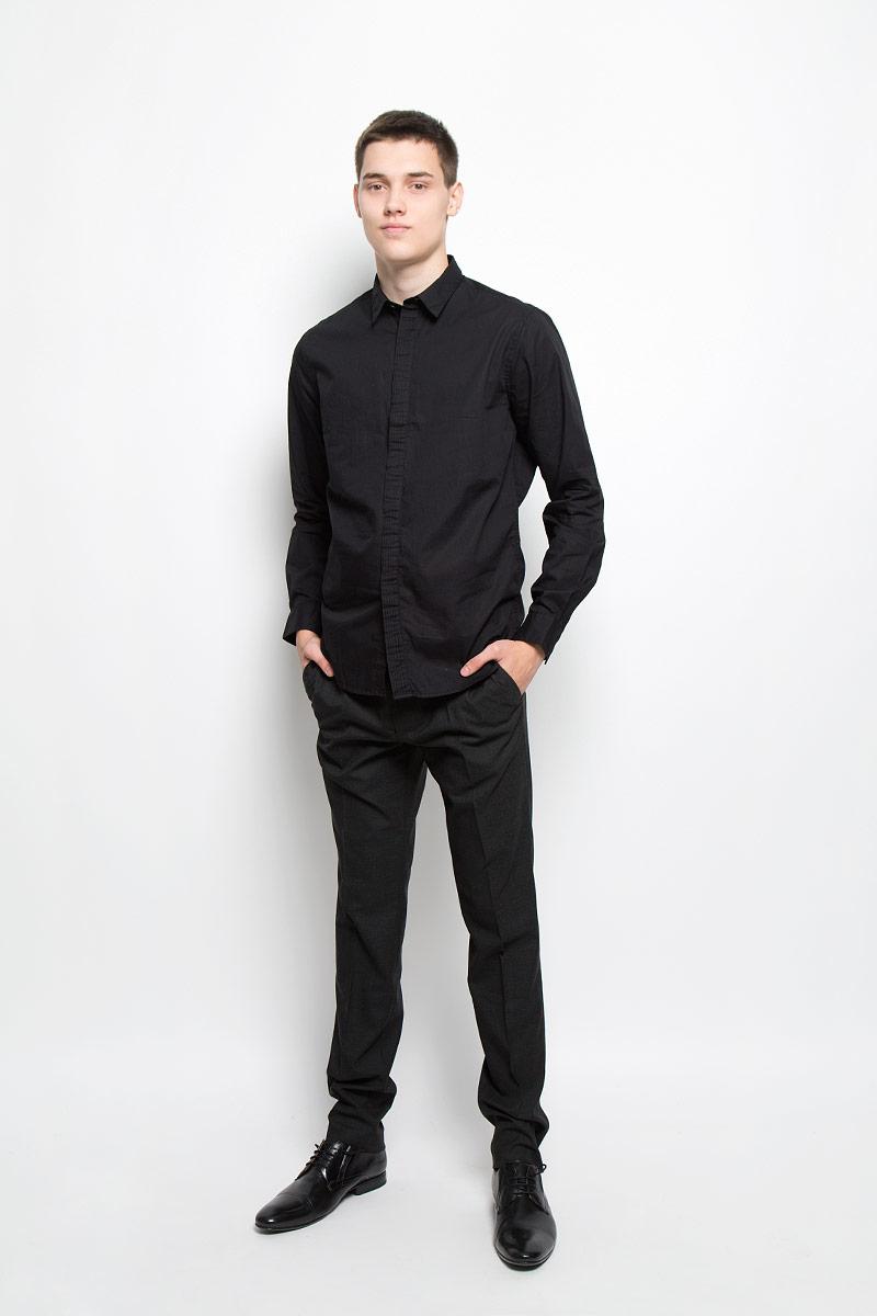 РубашкаMX3000736_MN_SHG_010Хлопковая рубашка Mexx идеально подойдет для стильных и уверенных в себе мужчин. Материал изделия тактильно приятный, позволяет коже дышать, не стесняет движений, обеспечивая комфорт при носке. Рубашка с отложным воротником и длинными рукавами застегивается на пуговицы, скрытые за декоративной планкой. Модель имеет слегка приталенный силуэт. Манжеты на рукавах также имеют застежки-пуговицы. Такая модель займет достойное место в вашем гардеробе!