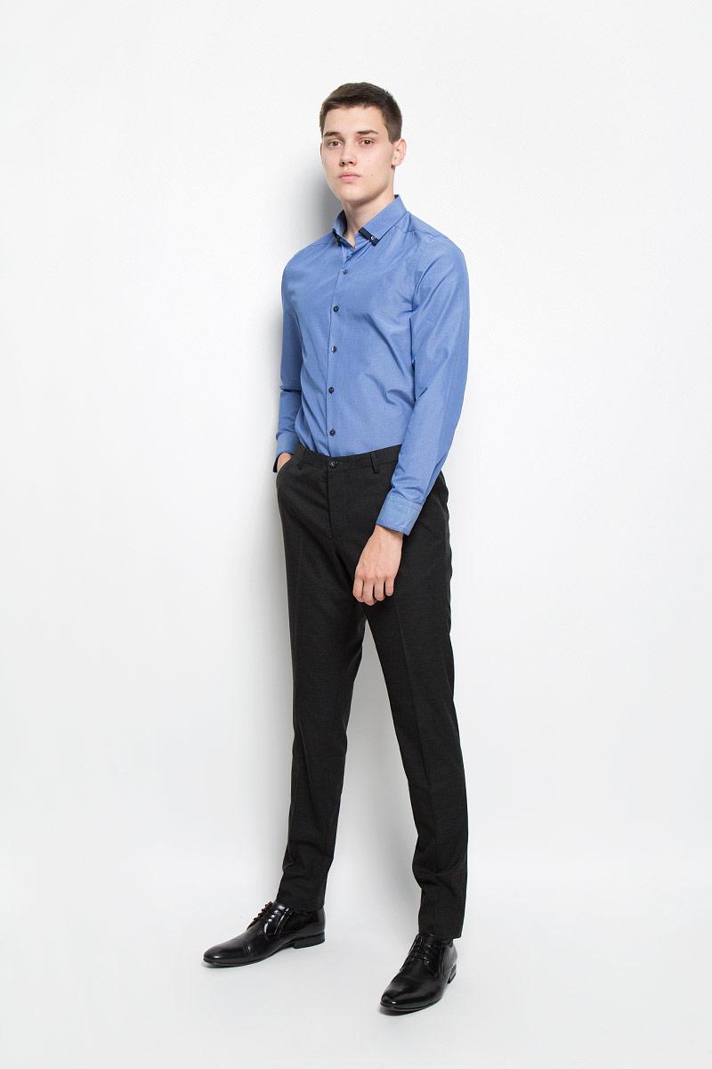 MX3024560_MN_SHG_007Мужская рубашка Mexx, изготовленная из хлопка с добавлением полиэстера, прекрасно подойдет для повседневной носки. Изделие очень мягкое и приятное на ощупь, не сковывает движения и хорошо пропускает воздух. Рубашка с отложным воротником и длинными рукавами имеет слегка приталенный силуэт. Она застегивается на пуговицы по всей длине. На манжетах и воротнике предусмотрены застежки-пуговицы. Такая модель займет достойное место в вашем гардеробе!