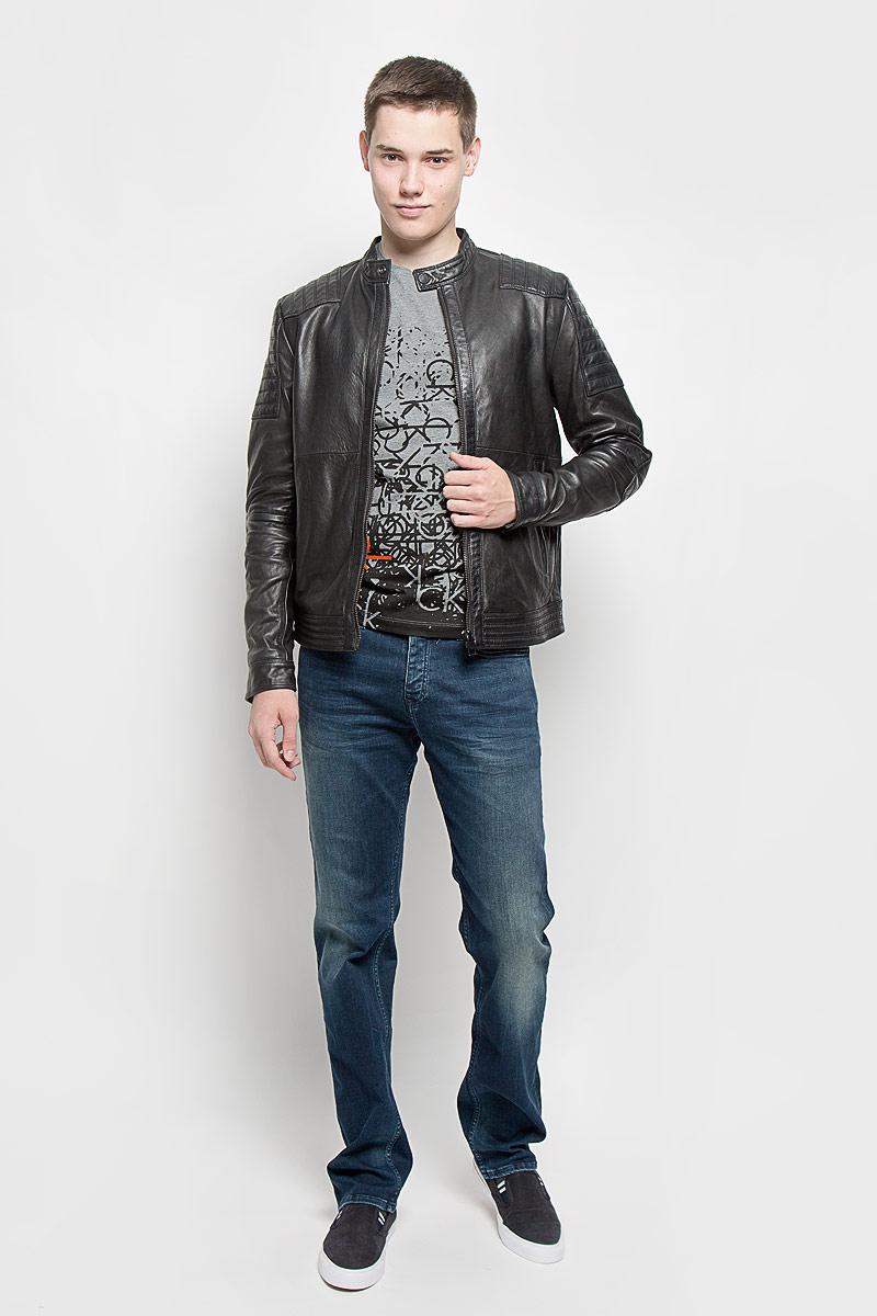 Куртка мужская. J30J300103J30J300103Куртка кожаная от Calvin Klein прямого кроя. Модель выполнена из натуральной кожи. Воротник стойка на пуговице. Текстильная подкладка. Куртка дополнена карманами на застежках-молниях и одним внутренним карманом, который застегивается на кнопку. Такая куртка обеспечит вам не только красивый внешний вид и комфорт, но и дополнительную защиту от холода и ветра.