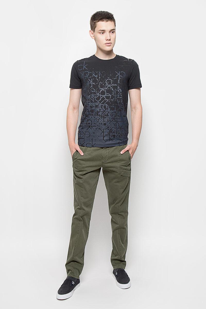 БрюкиAY1204Стильные мужские брюки Calvin Klein Jeans, выполненные из хлопка с добавлением эластана, отлично дополнят ваш образ. Ткань изделия тактильно приятная, позволяет коже дышать. Брюки застегиваются на пуговицу и имеют ширинку на застежке-молнии. На поясе предусмотрены шлевки для ремня. Спереди модель дополнена тремя прорезными карманами, один из которых с клапаном на кнопках. Сзади расположены два прорезных кармана, один также закрывается с помощью клапана с кнопкой. Высокое качество кроя и пошива, актуальный дизайн и расцветка придают изделию неповторимый стиль и индивидуальность. Модель займет достойное место в вашем гардеробе!