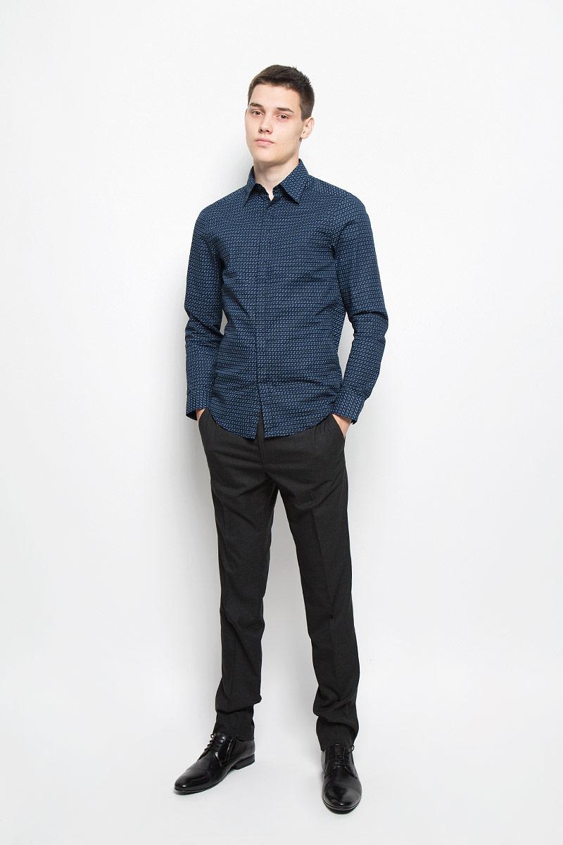 РубашкаMX3020043_MN_SHG_002Мужская рубашка Mexx подчеркнет ваш вкус и поможет создать стильный образ. Она выполнена из эластичного хлопка. Материал изделия тактильно приятный, не стесняет движений, позволяет коже дышать, обеспечивая комфорт при носке. Рубашка с отложным воротником и длинными рукавами застегивается на пуговицы, скрытые за планкой. Модель имеет слегка приталенный силуэт. На манжетах предусмотрены застежки-пуговицы. Изделие оформлено оригинальным принтом. Такая рубашка займет достойное место в вашем гардеробе!