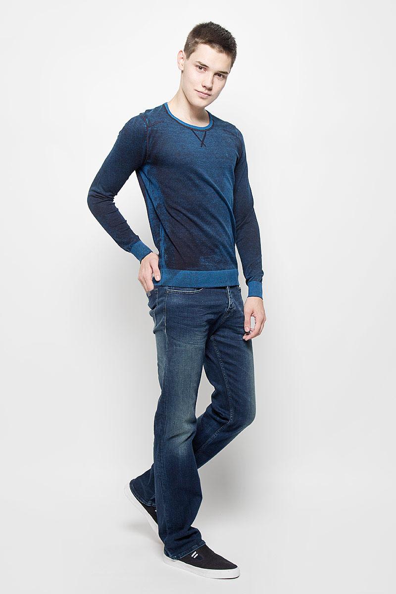 Джемпер мужской Jeans. J30J300153J30J300153Мужской джемпер Calvin Klein Jeans, выполненный из натурального хлопка, станет стильным дополнением к вашему образу. Материал изделия очень мягкий и тактильно приятный, не стесняет движений, хорошо пропускает воздух. Джемпер с круглым вырезом горловины и длинными рукавами дополнен по бокам эластичными вставками. Вырез горловины, манжеты и низ модели связаны резинкой. На груди изделие украшено вышитым логотипом бренда. Джемпер - идеальный вариант для создания образа в стиле Casual. Он подарит вам уют и комфорт в течение всего дня!