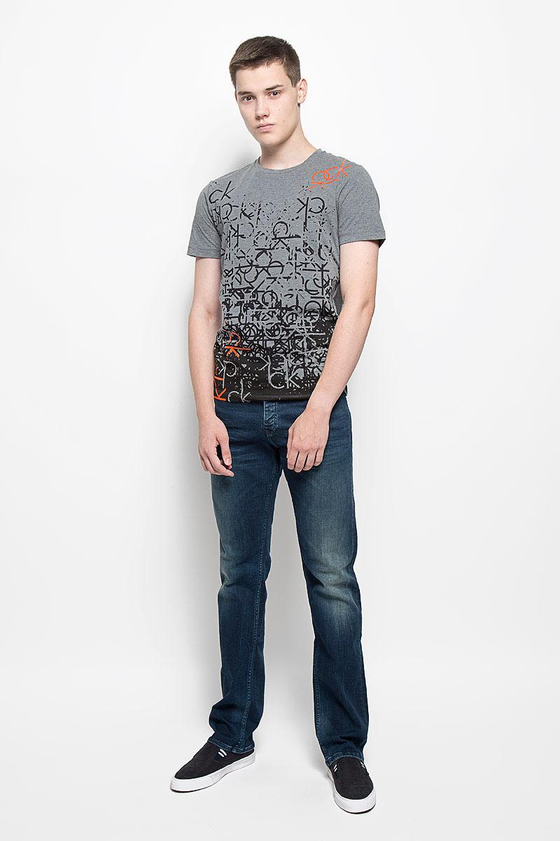 J30J301064Мужская футболка Calvin Klein Jeans изготовлена из эластичного хлопка. Она мягкая и приятная на ощупь, не стесняет движений и хорошо пропускает воздух, обеспечивая комфорт при носке. Футболка с круглым вырезом горловины и короткими рукавами имеет прямой силуэт. Модель оформлена принтом и термоаппликацией в виде фирменных логотипов. Стильный дизайн и расцветка делают эту футболку модным предметом мужской одежды. Она поможет создать отличный современный образ!
