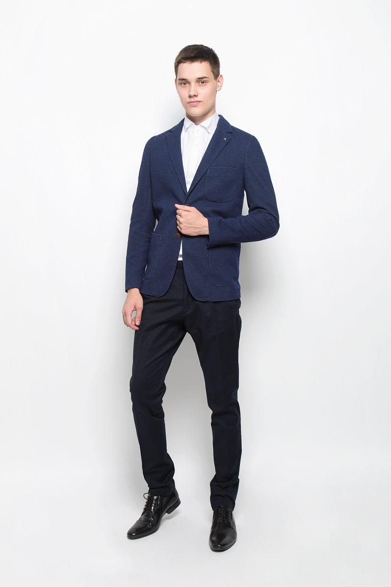 ПиджакMX3023598Стильный мужской пиджак Mexx изготовлен из высококачественного материала, обеспечивающего комфорт и удобство при носке. Ткань тактильно приятная, хорошо пропускает воздух. Подкладка изделия выполнена из гладкой ткани. Пиджак с длинными рукавами и отложным воротником с лацканами застегивается на две пуговицы. Модель оснащена накладным карманом на груди и двумя вместительными накладными карманами в нижней части изделия. Внутри расположен один прорезной карман, который застегивается на кнопку. Рукава дополнены декоративными заплатками, по низу оформлены пуговицами. На спинке пиджака предусмотрена одиночная центральная шлица. Изделие украшено съемным декоративным элементом с логотипом бренда. Пиджак - неотъемлемый предмет одежды в гардеробе преуспевающего мужчины. Это символ респектабельности и стиля, успешности и целеустремленности.Этот модный пиджак станет отличным дополнением к вашему гардеробу.