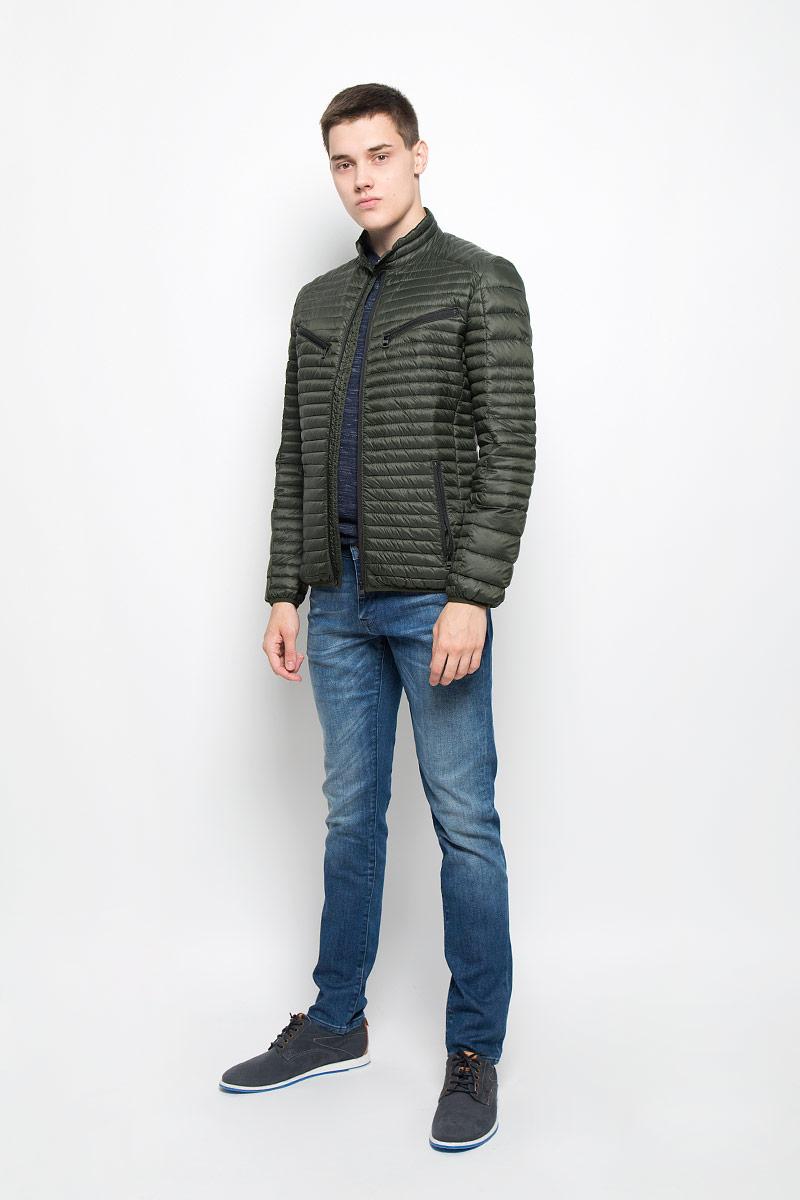 MX3000575Стильная и легкая мужская куртка Mexx отлично подойдет для прохладной погоды. Куртка с воротником-стойкой, оформленная стеганой отстрочкой, застегивается на застежку-молнию. Модель дополнена втачными карманами на застежках-молниях. Воротник изделия дополнен кнопкой Эта модная куртка послужит отличным дополнением к вашему гардеробу.