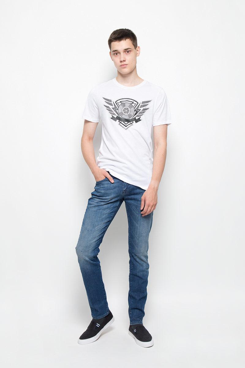 ДжинсыMX3026722_MN_DNM_007Мужские джинсы Mexx станут замечательным дополнением к вашему гардеробу. Изделие выполнено из эластичного хлопка с добавлением полиэстера. Ткань мягкая и тактильно приятная, не стесняет движений, хорошо пропускает воздух. Джинсы-скинни застегиваются на пуговицу и имеют ширинку на застежке-молнии. На поясе предусмотрены шлевки для ремня. Спереди джинсы дополнены двумя втачными карманами и одним накладным, сзади - двумя накладными карманами. Оформлено изделие эффектом потертости и перманентными складками. Высокое качество кроя и пошива, актуальный дизайн и расцветка придают изделию неповторимый стиль и индивидуальность.