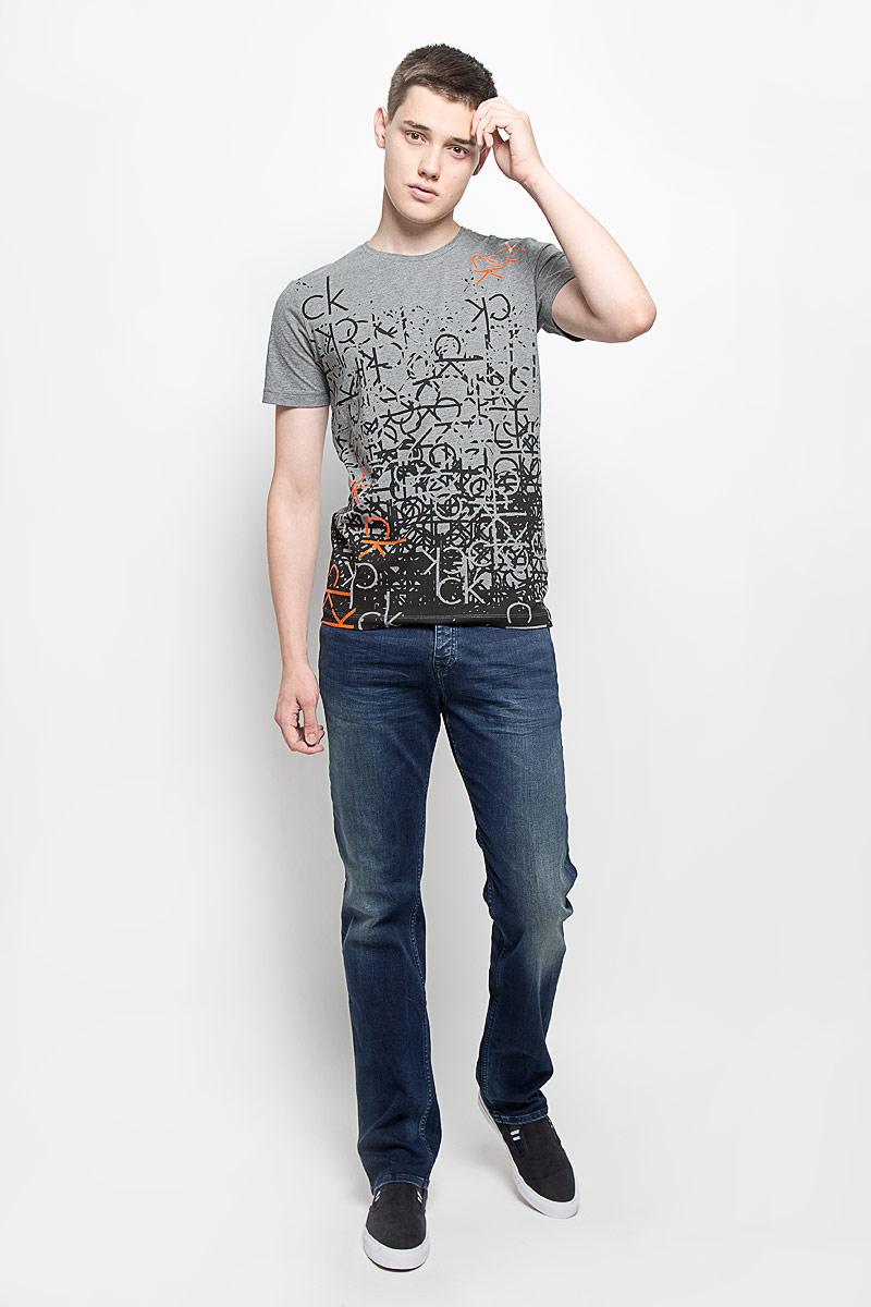 ДжинсыAJ6238Мужские джинсы Calvin Klein Jeans, выполненные из хлопка с добавлением эластана, отлично дополнят ваш образ. Ткань изделия тактильно приятная, не стесняет движений, позволяет коже дышать. Джинсы застегиваются в поясе на пуговицу и имеют ширинку на застежках-пуговицах. На модели предусмотрены шлевки для ремня. Спереди джинсы дополнены двумя втачными карманами и одним маленьким накладным, сзади - двумя накладными карманами. Оформлено изделие эффектом потертости и перманентными складками, украшено металлической пластиной с логотипом бренда. Высокое качество кроя и пошива, актуальный дизайн и расцветка придают изделию неповторимый стиль и индивидуальность. Модель займет достойное место в вашем гардеробе!