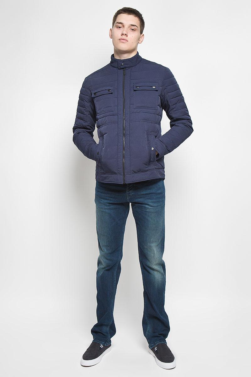 J30J300653Мужская куртка Calvin Klein Jeans придаст образу безупречный стиль. Верх куртки выполнен из полиэстера с добавлением нейлона, подкладка - из 100% полиэстера. В качестве утеплителя используется полиэстер. Куртка с воротником-стойкой застегивается на пластиковую молнию и имеет внутреннюю ветрозащитную планку. Воротник дополнен застежкой-кнопкой. Спереди расположены два накладных кармана с клапанами и два прорезных кармана. Карманы закрываются с помощью застежек-кнопок. Украшена модель фирменной нашивкой из искусственной кожи. Стильная и практичная куртка послужит отличным дополнением к вашему гардеробу!