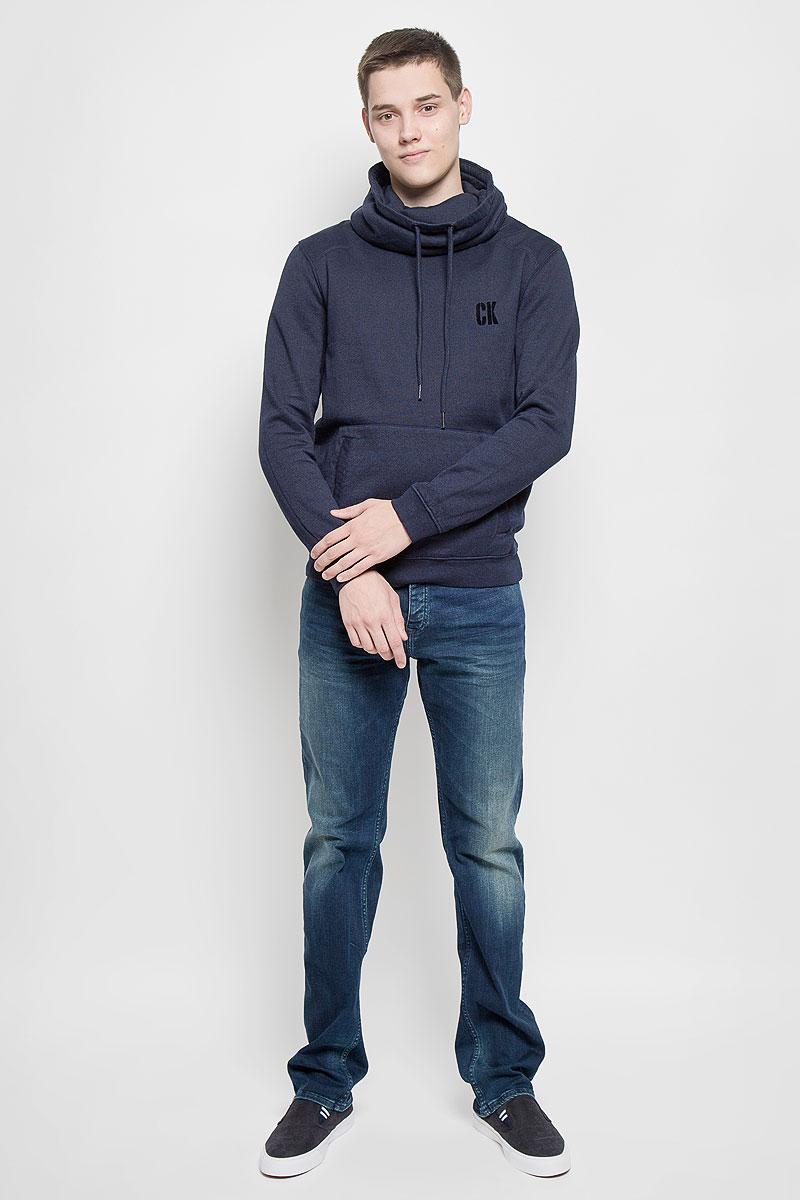 ТолстовкаJ30J300153Стильная мужская толстовка Calvin Klein Jeans, выполненная из хлопка с добавлением полиэстера, идеально подойдет для повседневной носки. Изделие тактильно приятное, не сковывает движения и хорошо пропускает воздух. Трикотажная часть изготовлена из эластичного хлопка. Изнаночная сторона толстовки с начесом. Толстовка с длинными рукавами имеет высокий воротник-хомут, дополненный по краю затягивающимся шнурком. Спереди расположен накладной карман-кенгуру. На рукавах предусмотрены эластичные манжеты. По низу изделия проходит широкая трикотажная резинка. На груди модель оформлена логотипом бренда. Современный дизайн, отличное качество и расцветка делают эту толстовку модным и стильным предметом мужской одежды. В ней вам будет тепло, уютно и комфортно!