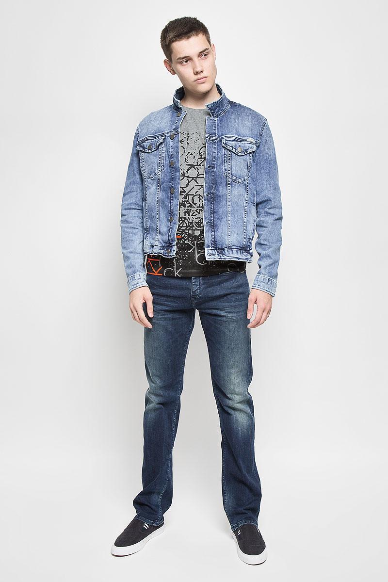 КурткаAJ6238Мужская джинсовая куртка Calvin Klein Jeans изготовлена из высококачественного хлопка с добавлением эластана. Материал изделия приятный на ощупь, не стесняет движений и позволяет коже дышать, обеспечивая комфорт. Модель с отложным воротником и длинными рукавами застегивается на металлические пуговицы. На груди куртка дополнена двумя прорезными карманами с клапанами на пуговицах. Также спереди расположены два открытых втачных кармана. На манжетах имеются застежки-пуговицы. Изделие оформлено эффектом потертости, украшено фирменными нашивками. Современный дизайн и модная расцветка делают эту куртку стильным предметом мужского гардероба, она поможет создать отличный современный образ.