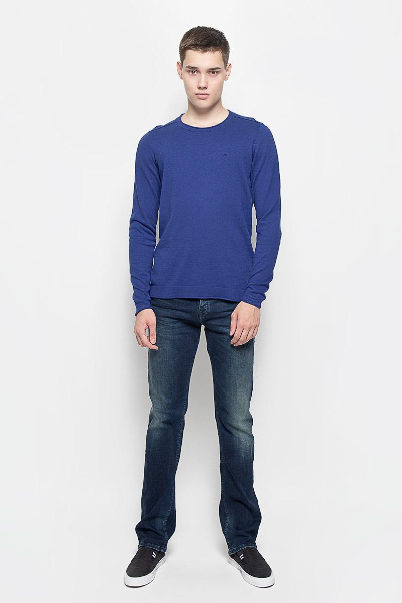J30J300657Мужской джемпер Calvin Klein Jeans выполнен из необычайно мягкого и тактильно приятного материала. Изделие не стесняет движений, хорошо пропускает воздух. Джемпер с круглым вырезом горловины и длинными рукавами украшен нашивкой из искусственной кожи и вышитым логотипом бренда. Вырез горловины, манжеты и низ модели связаны резинкой с закрученными краями. Джемпер - идеальный вариант для создания образа в стиле Casual. Он подарит вам уют и комфорт в течение всего дня!