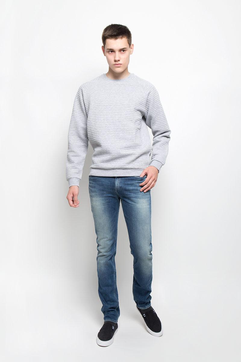 ДжинсыAK2193Мужские джинсы Calvin Klein Jeans займут достойное место в вашем гардеробе. Они изготовлены из эластичного хлопка, тактильно приятные, не стесняют движений, позволяют коже дышать. Джинсы-слим застегиваются на пуговицу и имеют ширинку на застежке-молнии. На поясе предусмотрены шлевки для ремня. Спереди джинсы дополнены двумя втачными карманами и одним маленьким накладным, сзади - двумя накладными карманами. Оформлено изделие эффектом потертости и перманентными складками, украшено металлической пластиной с логотипом бренда. Высокое качество кроя и пошива, актуальный дизайн и расцветка придают изделию неповторимый стиль и индивидуальность.