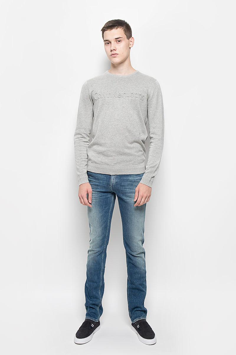 ДжемперAJ6249Мужской джемпер Calvin Klein Jeans выполнен из высококачественного натурального хлопка. Материал изделия мягкий и тактильно приятный, не стесняет движений, позволяет коже дышать. Джемпер с круглым вырезом горловины и длинными рукавами спереди оформлен крупной выпуклой надписью, содержащей название бренда. Вырез горловины, манжеты и низ модели связаны резинкой. Резинка по низу изделия и на манжетах связана с рисунком. Джемпер украшен нашивкой из искусственной кожи. Джемпер - идеальный вариант для создания образа в стиле Casual. Он подарит вам уют и комфорт в течение всего дня!