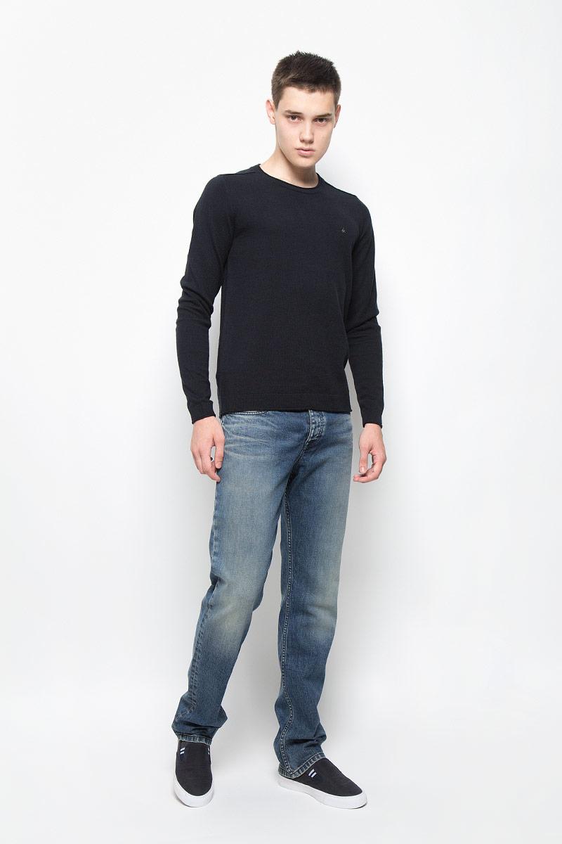ДжинсыAJ6249Стильные мужские джинсы Calvin Klein Jeans займут достойное место в вашем гардеробе! Изделие выполнено из хлопка с добавлением эластана. Ткань тактильно приятная, не стесняет движений, позволяет коже дышать. Прямые джинсы застегиваются в поясе на пуговицу и имеют ширинку на застежках-пуговицах. На модели предусмотрены шлевки для ремня. Спереди джинсы дополнены двумя втачными карманами и одним маленьким накладным кармашком, сзади - двумя накладными карманами. Оформлено изделие эффектом искусственного состаривания денима: потертостями, прорезями и перманентными складками. Джинсы украшены небольшой металлической пластиной с логотипом бренда. Высокое качество кроя и пошива, актуальный дизайн и расцветка придают изделию неповторимый стиль и индивидуальность.