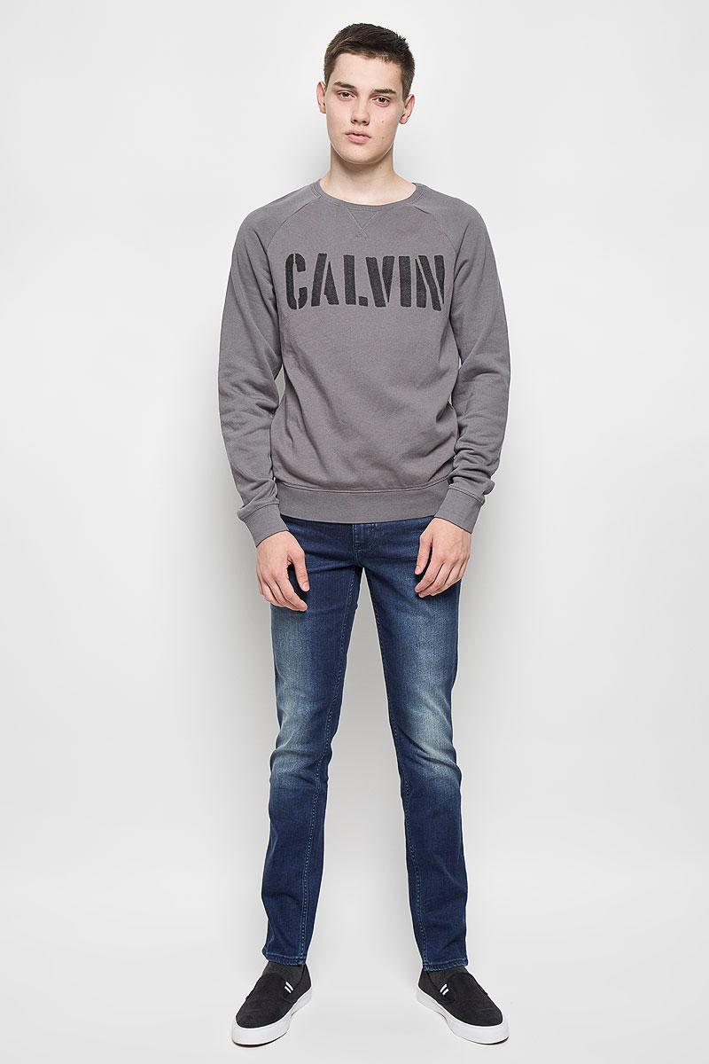 СвитшотAJ6249Мужской свитшот Calvin Klein Jeans, выполненный из хлопка с добавлением полиэстера, идеально подойдет для активного отдыха, прогулок или занятий спортом. Свитшот очень приятный на ощупь, не сковывает движения и хорошо пропускает воздух, обеспечивая комфорт при носке. Изнаночная сторона с мягким начесом. Трикотажная часть изделия изготовлена из эластичного хлопка. Свитшот с круглым вырезом горловины и длинными рукавами-реглан оформлен надписью. Низ изделия и вырез горловины дополнены трикотажной резинкой. На рукавах предусмотрены широкие манжеты. Современный дизайн и отличное качество делают этот свитшот стильным и практичным предметом мужской одежды. Такая модель подарит вам комфорт в течение всего дня.