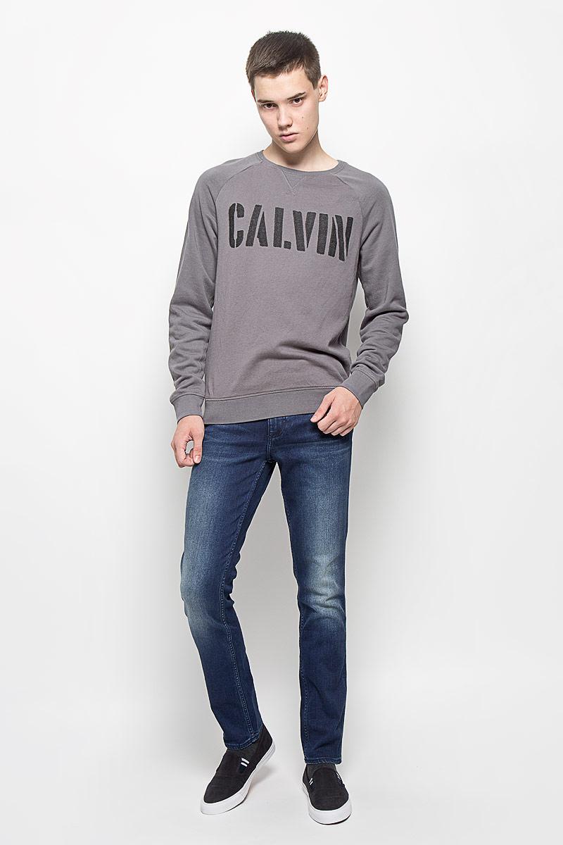 ДжинсыAK2193Мужские джинсы Calvin Klein Jeans займут достойное место в вашем гардеробе! Изделие выполнено из эластичного хлопка. Ткань мягкая и тактильно приятная, не стесняет движений, позволяет коже дышать. Джинсы-слим застегиваются на пуговицу и имеют ширинку на застежке-молнии. На поясе предусмотрены шлевки для ремня. Спереди джинсы дополнены двумя втачными карманами и двумя накладными, сзади - двумя накладными карманами. Оформлено изделие эффектом потертости и перманентными складками, украшено фирменными металлическими клепками и нашивками. Высокое качество кроя и пошива, актуальный дизайн и расцветка придают изделию неповторимый стиль и индивидуальность.
