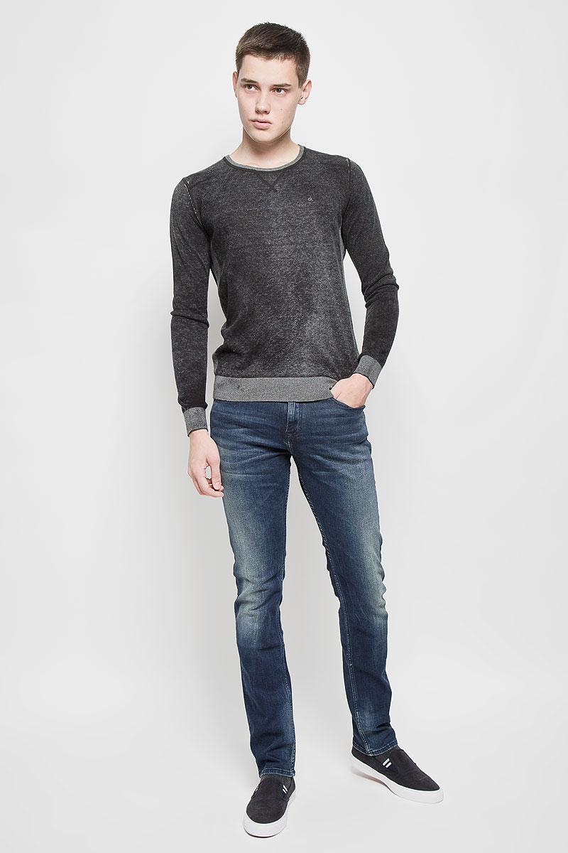 ДжинсыAY1204Мужские джинсы Calvin Klein Jeans, выполненные из хлопка с добавлением эластана, отлично дополнят ваш образ. Ткань изделия тактильно приятная, не стесняет движений, позволяет коже дышать. Джинсы-слим застегиваются на пуговицу и имеют ширинку на застежке-молнии. На поясе предусмотрены шлевки для ремня. Спереди джинсы дополнены двумя втачными карманами и одним маленьким накладным, сзади - двумя накладными карманами. Оформлено изделие эффектом потертости и перманентными складками, украшено металлической пластиной с логотипом бренда. Высокое качество кроя и пошива, актуальный дизайн и расцветка придают изделию неповторимый стиль и индивидуальность. Модель займет достойное место в вашем гардеробе!