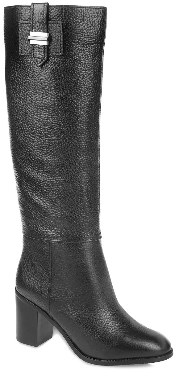 85195Элегантные женские сапоги от Vitacci - незаменимая вещь в гардеробе истинной модницы. Модель изготовлена из натуральной кожи зернистой текстуры. Боковая сторона украшена декоративной пряжкой. Удобная застежка-молния надежно зафиксирует обувь на ноге. Резинки, расположенные сбоку, гарантируют оптимальную посадку изделия на ноге. Мягкая подкладка и стелька, выполненные из ворсина, невероятно комфортны при ходьбе. Каблук и подошва изготовлены из ТПУ-материала, который обладает высокой износостойкостью и сопротивлением к деформации. Рифление на поверхности подошвы обеспечивает отличное сцепление с любой поверхностью. Такие стильные сапоги займут достойное место среди вашей коллекции обуви.
