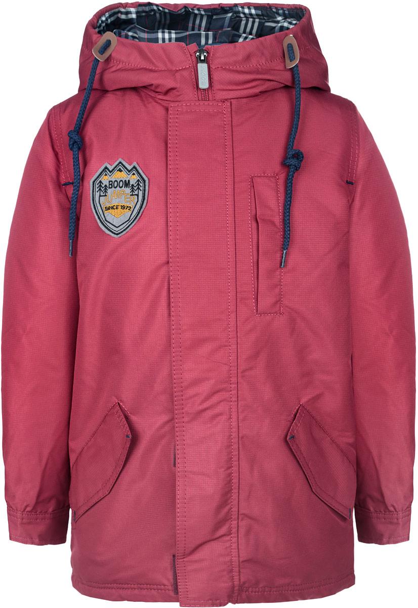 64063_BOB_вар.1Модная куртка-парка Boom! идеально подойдет для вашего мальчика в прохладное время года. Модель изготовлена из 100% полиэстера и оформлена спереди фирменной нашивкой. Подкладка, выполненная из полиэстера с добавлением вискозы и хлопка, приятная на ощупь. Куртка оснащена дополнительной съемной подкладкой, которая фиксируется с помощью пуговиц. В качестве утеплителя используется синтепон - 100% полиэстер. Куртка с капюшоном застегивается на застежку-молнию и оснащена ветрозащитным клапаном на застежках-липучках. Капюшон дополнен затягивающимся шнурком. Изделие дополнено спереди двумя прорезными карманами с клапанами на застежках-липучках и боковым прорезными карманом. На талии с внутренней сторону куртка затягивается на эластичный шнурок с металлическими стопперами. Манжеты рукавов дополнены застежками-кнопками. Нижняя часть спинки оформлена декоративным разрезом и фирменной светоотражающей нашивкой, один из рукавов - нашивкой с названием бренда. Такая стильная...