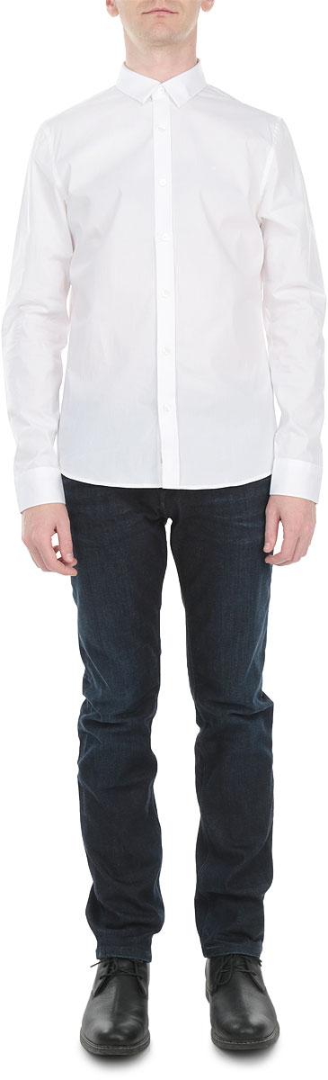 J3EJ301944Стильная мужская рубашка Calvin Klein Jeans, выполненная из высококачественного хлопка с небольшим добавлением эластана, приятная на ощупь, не сковывает движения, обеспечивая наибольший комфорт. Модель с отложным воротником, длинными рукавами и полукруглым низом застегивается на пластиковые пуговицы по всей длине. Манжеты также застегиваются на пуговицы. Эта модная и удобная рубашка послужит замечательным дополнением к вашему гардеробу.