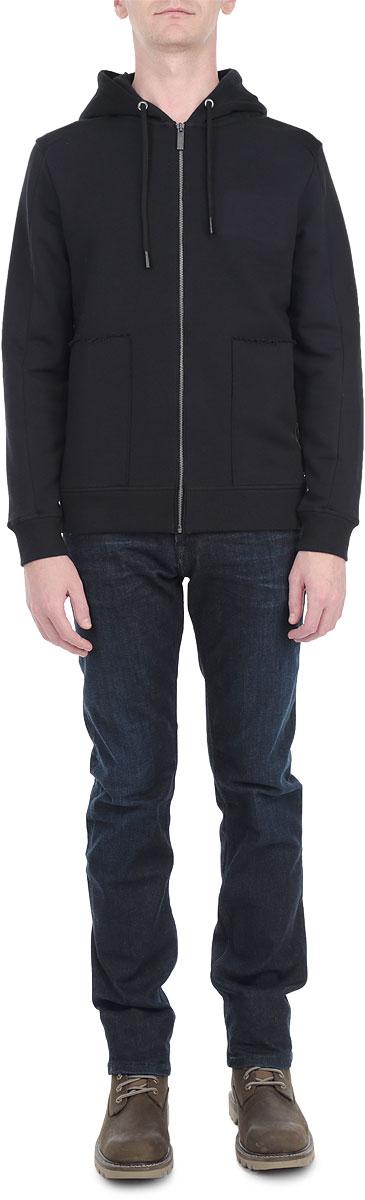 Толстовка мужская. J3EJ302708J3EJ302708Стильная мужская толстовка Calvin Klein Jeans, изготовленная из натурального хлопка, необычайно мягкая и приятная на ощупь, не сковывает движения, обеспечивая наибольший комфорт. Модель с капюшоном на кулиске застегивается на металлическую застежку-молнию. Толстовка имеет широкую трикотажную резинку по низу и манжетам, что предотвращает проникновение холодного воздуха. Спереди модель дополнена двумя втачными карманами. На груди изделие оформлено выпуклым логотипом бренда. Эта модная и в тоже время комфортная толстовка отличный вариант, как для активного отдыха, так и для занятий спортом!