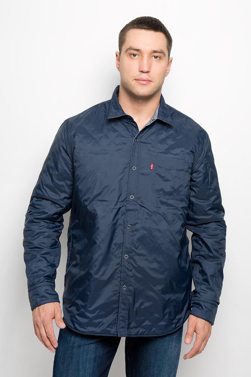 Куртка1949700020Стильная двухсторонняя мужская куртка Levis®, рассчитанная на прохладную погоду, поможет вам почувствовать себя максимально комфортно. Модель изготовлена из хлопка с добавлением полиэстера. Модель с отложным воротником застегивается по всей длине на кнопки. Манжеты рукавов застегиваются на кнопки. Модель дополнена с одной стороны двумя накладными карманами с клапанами на кнопках и двумя втачными карманами в боковых швах, а с другой одним накладным карманом. Модная фактура ткани, отличное качество и великолепный дизайн делают эту куртку достойным атрибутом вашего гардероба.