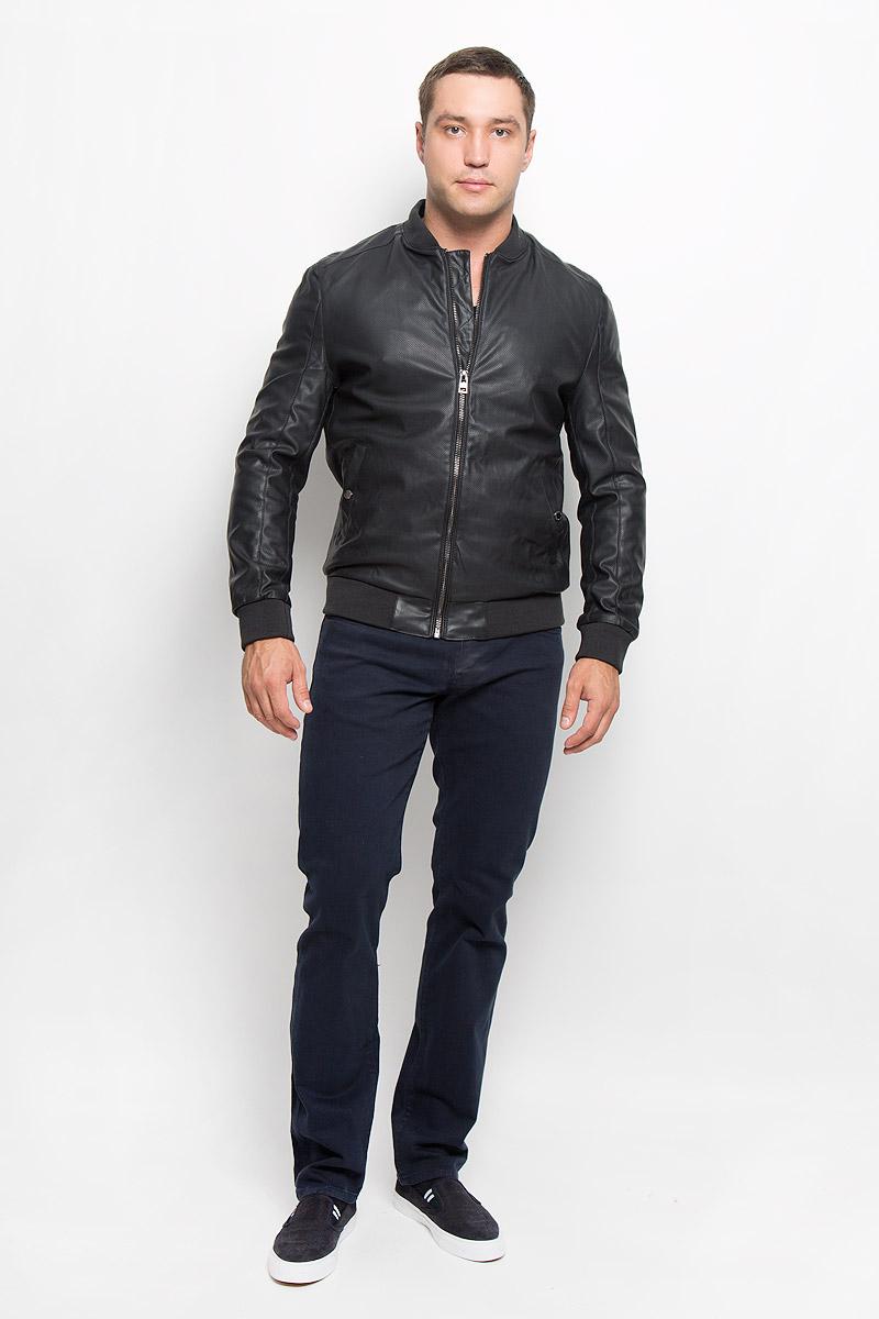 Куртка мужская. MX3025347MX3025347Стильная мужская куртка Mexx, рассчитана на прохладную погоду. Куртка поможет вам почувствовать себя максимально комфортно и стильно. Модель с длинными рукавами и воротником-стойкой, застегивается на молнию. Куртка дополнена двумя карманами на застежках кнопках и одним внутренним, который застегивается на молнию. Низ, рукава и воротник куртки дополнены широкой резинкой. В этой куртке вам будет комфортно. Модная фактура ткани, отличное качество, великолепный дизайн.