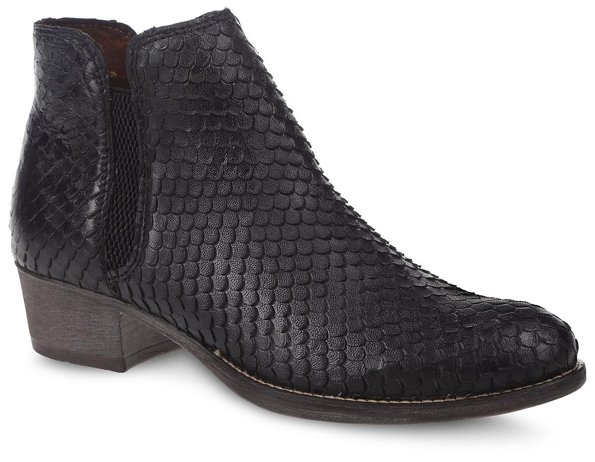 """1-1-25340-27-001Оригинальные ботинки Tamaris займут достойное место в вашем гардеробе. Модель выполнена из натуральной кожи, обработанной """" под чешую"""". Боковые стороны изделия оформлены молнией и резинкой. Внутренняя сторона и стелька изготовлены из текстиля, что обеспечивает комфорт ногам. Стильные ботинки покорят вас своим удобством!"""