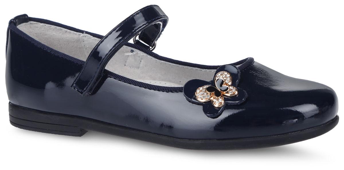 200551Очаровательные туфли от фирмы Mursu прекрасно дополнят образ вашей маленькой модницы. Туфли выполнены из искусственной кожи, покрытой лаком. Модель оформлена декоративной нашивкой в виде фигурки бабочки. Изделие фиксируется на ноге с помощью удобного ремешка с застежкой-липучкой. Внутренняя поверхность, выполненная из натуральной кожи, обеспечивает комфорт и предотвращает натирание. Стелька дополнена небольшим супинатором с перфорацией, который обеспечивает правильное положение стопы ребенка при ходьбе и предотвращает плоскостопие. Подошва изготовлена из легкого и гибкого ТЭП- материала, а ее рифление защищает изделие от скольжения. Стильные и удобные туфли - незаменимая вещь в гардеробе каждой школьницы.