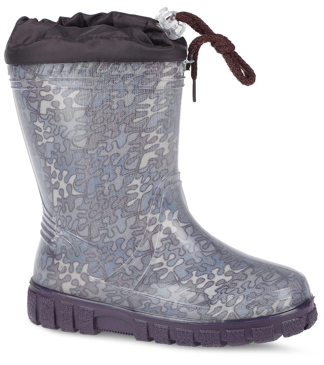Резиновые сапоги для мальчика. 10734-1010734-10Стильные резиновые сапоги от фирмы Зебра - идеальная обувь для прогулки в ненастную погоду. Модель выполнена из качественного ПВХ и оформлена оригинальным принтом. Модель дополнена текстильным верхом, объем которого регулируется за счет шнурка с фиксатором. Подкладка выполнена из искусственной шерсти, которая обеспечит тепло. Съемная стелька из войлока гарантирует комфорт при носке. Рельефная подошва гарантирует отличное сцепление с любой поверхностью. Такие оригинальные и практичные резиновые сапоги займут достойное место в гардеробе вашего мальчика.
