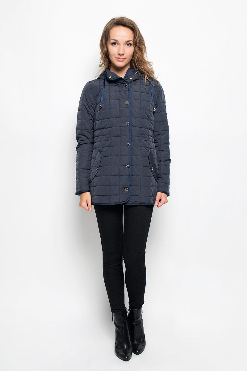 B036537_DARK NAVYСтильная женская куртка Baon отлично подойдет для прохладной погоды. Модель с несъемным капюшоном со скрытым шнурком и длинными рукавами застегивается на застежку-молнию по всей длине, а также на ветрозащитную планку на кнопках. По линии талии с внутренней стороны модель дополнена скрытой утягивающей резинкой. Спереди модель дополнена двумя прорезными карманами с клапанами на кнопках. Эта модная куртка послужит отличным дополнением к вашему гардеробу.