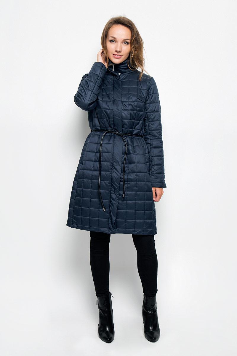 ПальтоB036509_Evening SunУдобное и теплое женское пальто Baon согреет вас в прохладную погоду и позволит выделиться из толпы. Удлиненная модель с длинными рукавами и воротником-стойкой выполнена из прочного полиэстера, застегивается на молнию спереди и имеет ветрозащитный клапан на кнопках. Изделие дополнено двумя втачными карманами на молниях. Плотный наполнитель из синтепона и подкладка из полиэстера надежно сохранят тепло, благодаря чему такое пальто защитит вас от ветра и холода. В комплект входит узкий съемный пояс. Это модное и комфортное пальто - отличный вариант для прогулок, оно подчеркнет ваш изысканный вкус и поможет создать неповторимый образ.
