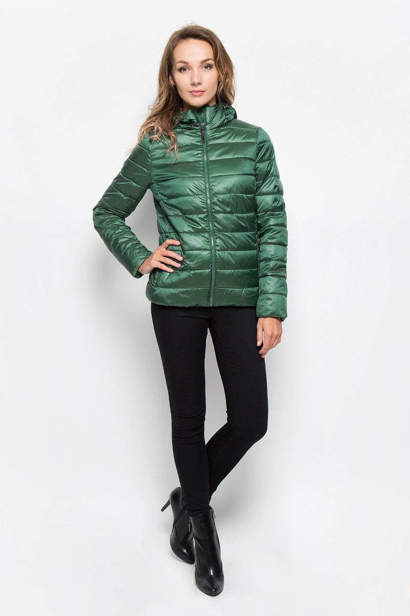 Cp-126/676-6312Удобная женская куртка Sela согреет вас в прохладную погоду и позволит выделиться из толпы. Модель с длинными рукавами и несъемным капюшоном выполнена из прочного полиэстера с добавлением нейлона, застегивается на молнию спереди. Объем капюшона регулируется при помощи шнурка-кулиски со стопперами. Изделие дополнено двумя втачными карманами на молниях и внутренними трикотажными манжетами. Плотный наполнитель из синтепона и подкладка из полиэстера надежно сохранят тепло, благодаря чему такая куртка защитит вас от ветра и холода. Эта модная и в то же время комфортная куртка - отличный вариант для прогулок, она подчеркнет ваш изысканный вкус и поможет создать неповторимый образ.