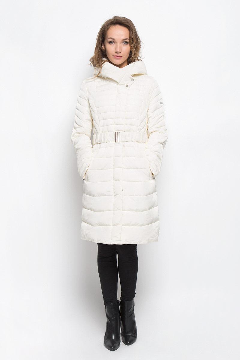 B036557_BlackСтильная утепленная женская куртка Baon согреет вас в прохладную погоду и позволит выделиться из толпы. Модель выполнена из 100% полиэстера с водоотталкивающей пропиткой и оформлена стежкой. Подкладка из полиэстера с утеплителем из высокотехнологичного синтепона Wellon защитит в любую непогоду от ветра и холода. Модель с длинными рукавами и воротником-капюшоном застегивается на застежку-молнию и дополнительно на застежки-кнопки. Капюшон дополнен декоративным отворотом. К модели прилагается эластичный пояс с металлической пряжкой. Спереди куртка дополнена двумя прорезными карманами с застежками-молниями. Эта модная куртка послужит отличным дополнением к вашему гардеробу.