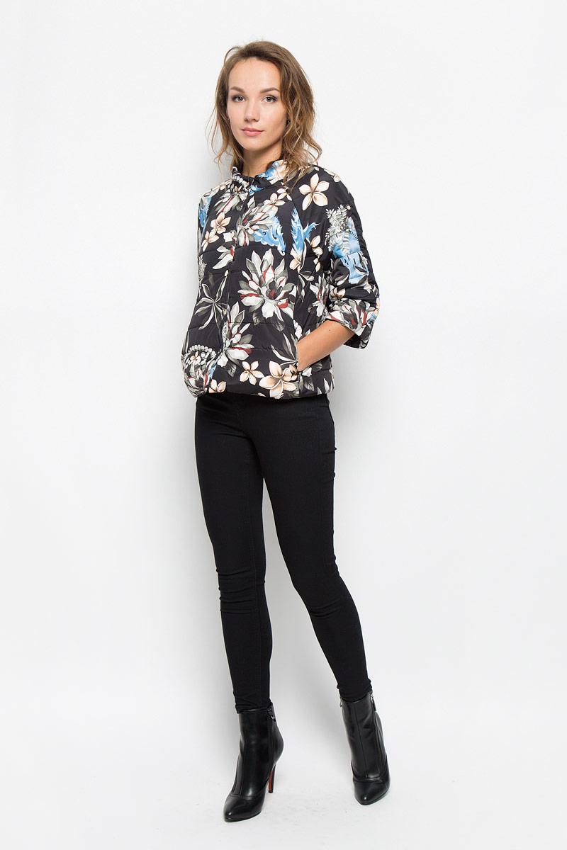 B036563_BLACK PRINTEDУдобная женская куртка Baon согреет вас в прохладную погоду и позволит выделиться из толпы. Модель с рукавами-реглан 3/4 и воротником-стойкой выполнена из прочного полиэстера с синтепоновым наполнителем, и застегивается на кнопки. Куртка оформлена ярким цветочным принтом и дополнена двумя втачными карманами на застежках-молниях . Эта модная и в то же время комфортная куртка - отличный вариант для прогулок, она подчеркнет ваш изысканный вкус и поможет создать неповторимый образ.