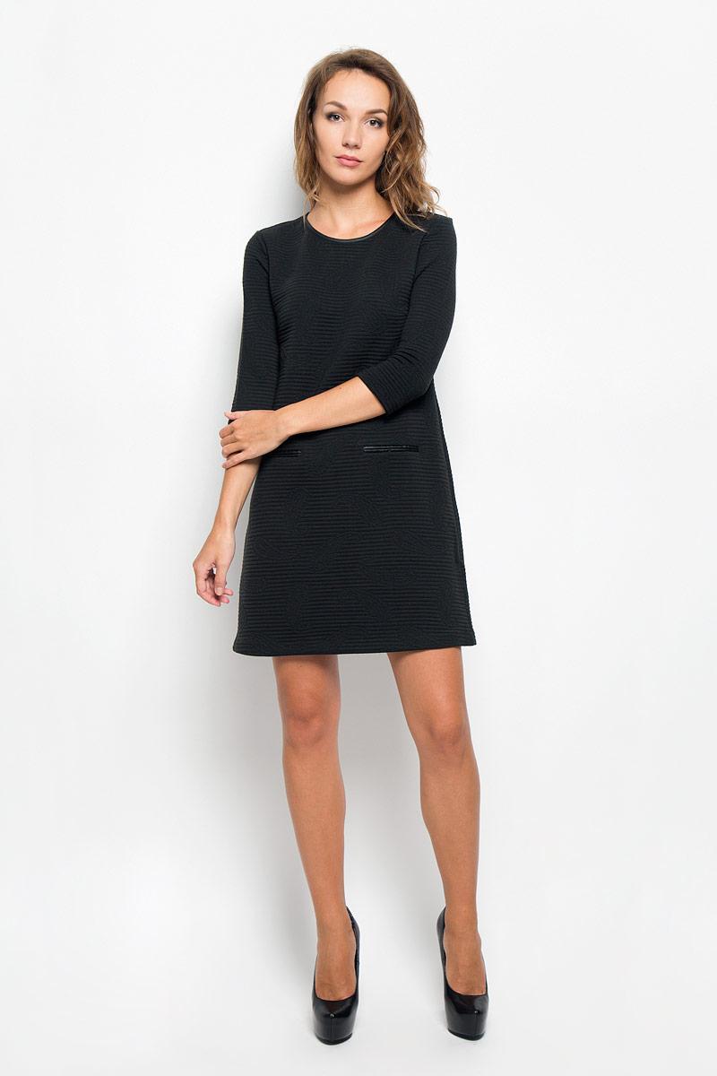 ПлатьеDK-117/299-6342Элегантное платье Sela выполнено из высококачественного эластичного полиэстера. Такое платье обеспечит вам комфорт и удобство при носке и непременно вызовет восхищение у окружающих. Модель средней длины с рукавами 3/4 и круглым вырезом горловины выгодно подчеркнет все достоинства вашей фигуры. Изделие застегивается на застежку-молнию на спинке. Платье оформлено объемным узором в виде полосок и бута. Изысканное платье-миди создаст обворожительный и неповторимый образ. Это модное и комфортное платье станет превосходным дополнением к вашему гардеробу, оно подарит вам удобство и поможет подчеркнуть ваш вкус и неповторимый стиль.
