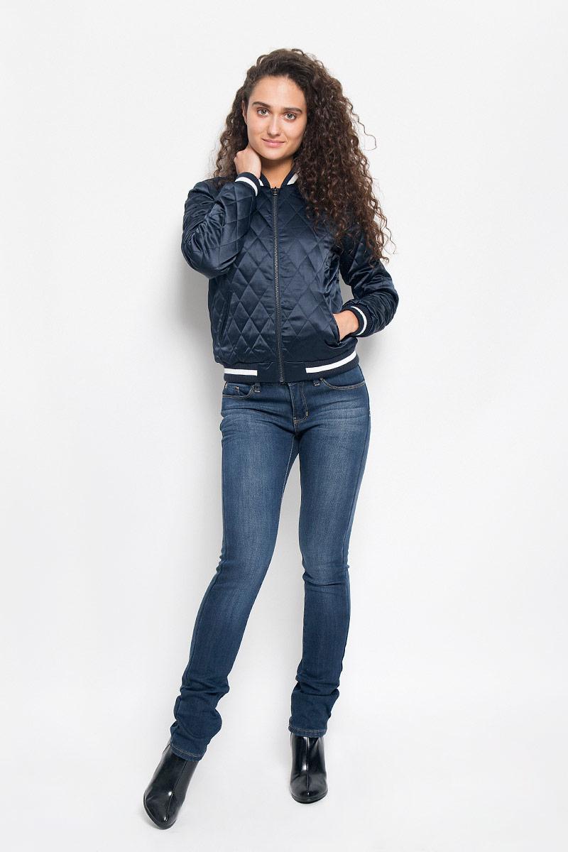 Куртка3532977.00.71_6901Женская куртка Tom Tailor Denim, изготовленная из полиэстера с добавлением эластана, смотрится модно и стильно. Подкладка выполнена из полиэстера с добавлением хлопка, наполнитель - из 100% полиэстера. Куртка-бомбер с трикотажным воротником-стойкой застегивается на металлическую застежку-молнию. Модель оформлена стежкой, на спинке - буквенной аппликацией и вышитым изображением Эйфелевой башни. Спереди расположены два прорезных кармана. Манжеты рукавов и низ модели дополнены трикотажными резинками. Такая куртка обеспечит вам не только красивый внешний вид, но и комфорт.