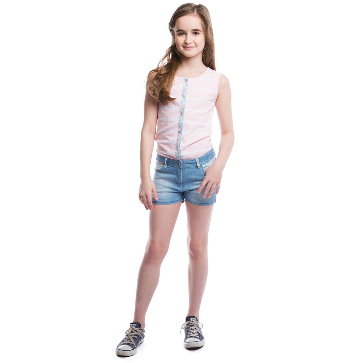 264006Стильный полукомбинезон для девочки выполнен в виде майки с джинсовыми шортиками. Изготовленный из эластичного хлопка полукомбинезон без рукавов и с круглым вырезом горловины застегивается на перламутровые пуговки, шортики имеют ширинку-молнию, благодаря чему он надежно и удобно сидит. Спереди модель дополнена двумя втачными кармашками, а сзади - двумя накладными карманами, украшенными фигурными прострочками. Имеются шлевки для ремня.
