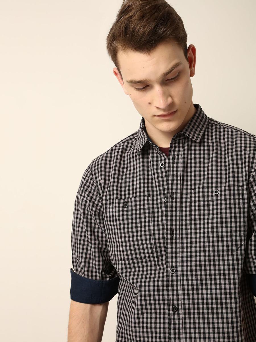 РубашкаSKL2073CAМужская рубашка выполнена из хлопка и оформлена клетчатым принтом. Спереди изделие дополнено накладными карманами и застегивается на пуговицы. Модель со стандартным длинным рукавом и отложным воротником.