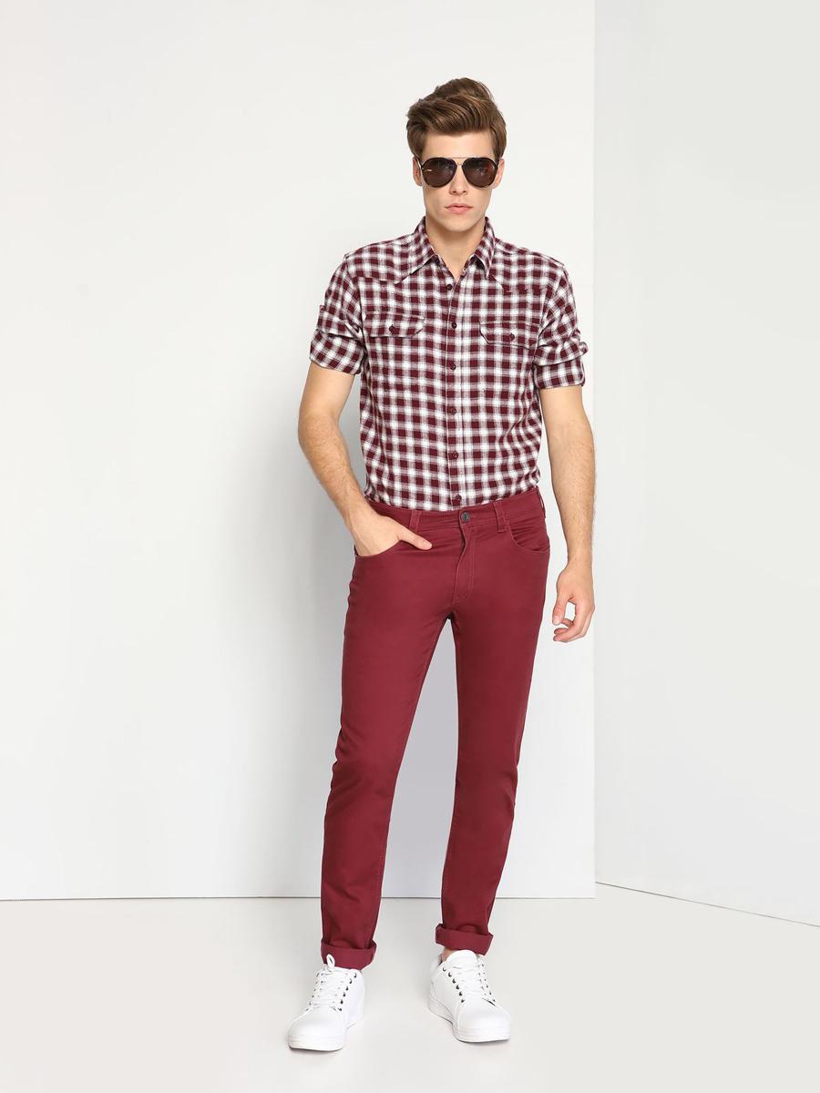 РубашкаSKL2071CEМужская рубашка выполнена из хлопка и оформлена клетчатым принтом. Спереди изделие дополнено накладными карманами и застегивается на пуговицы. Модель со стандартным длинным рукавом и отложным воротником.